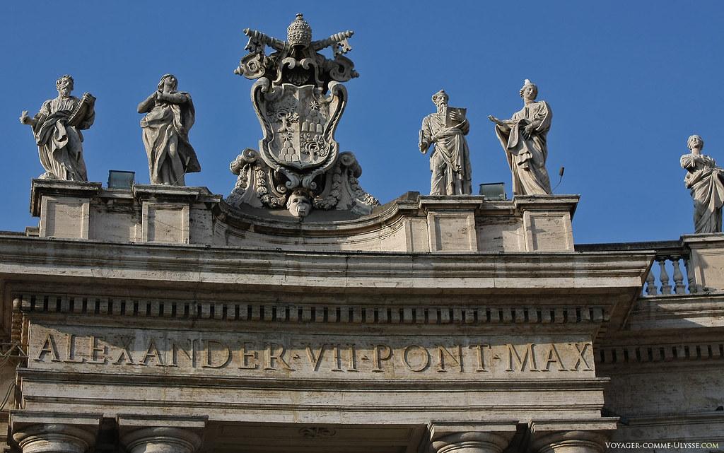 Au dessus des grandes colonnes, les armes du Pape Alexandre VII.