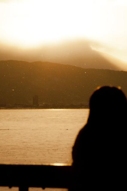諏訪湖で朝焼けと雪