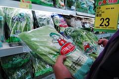 綠色和平驗出不得使用於葉菜類的新殺蟎與得克利,卻在頂好超商的韭菜與愛買的芥菜中驗出。(圖片來源:綠色和平)