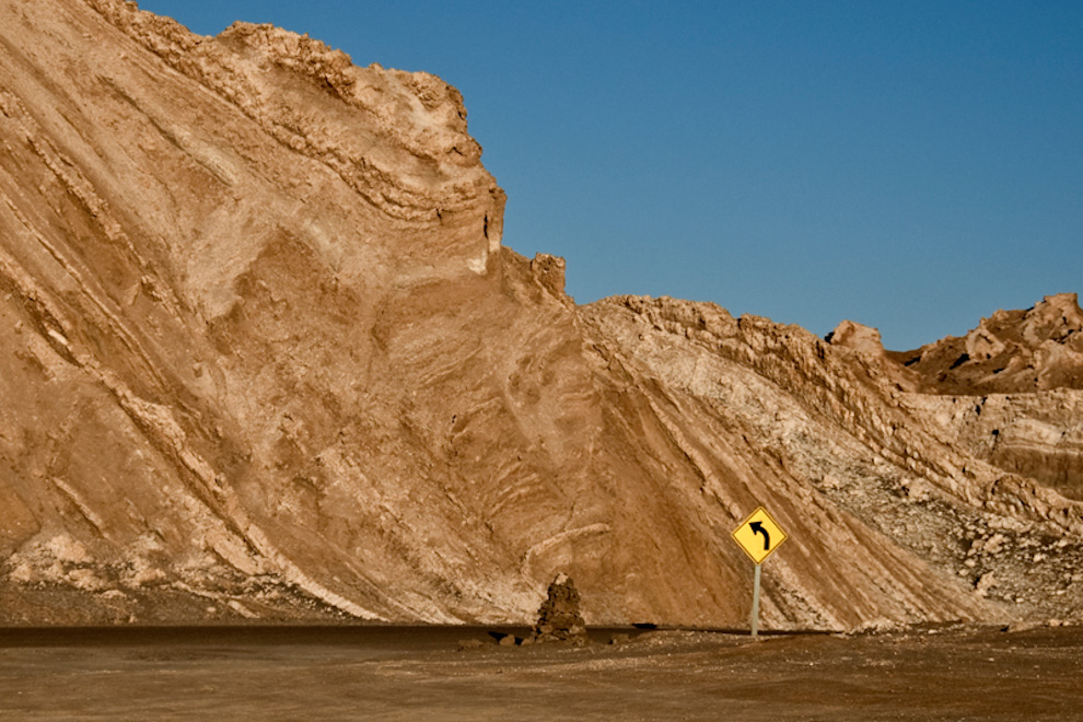 Una señal marca el camino en uno de los desiertos mas áridos del planeta, es indispensable contar en todo momento reservas de combustible y agua para enfrentarse a los 45 grados de temperatura durante el día. (Roberto Dam)