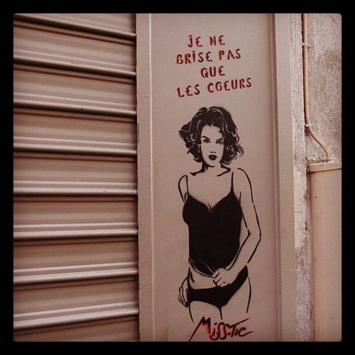 這的塗鴉很好看,那是巴黎13區著名的藝術家Miss Tic之作品。在Butte aux cailles鵪鶉之丘有很多。