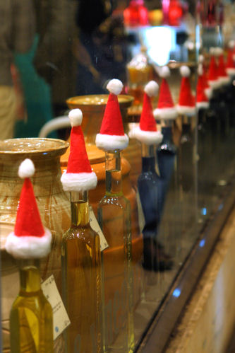 Christmas hats on oil bottles, Vom Fass,  Bath 3635 R