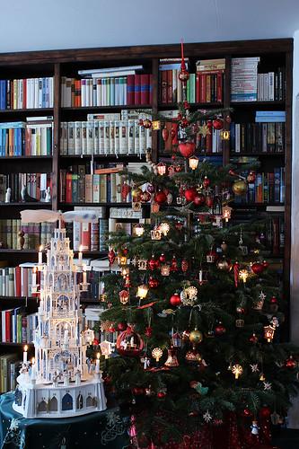 Pyramide vor dem Weihnachtsbaum 2011