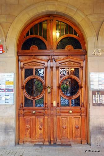 Puerta de un edificio de viviendas y oficinas en la Plaza del Castillo