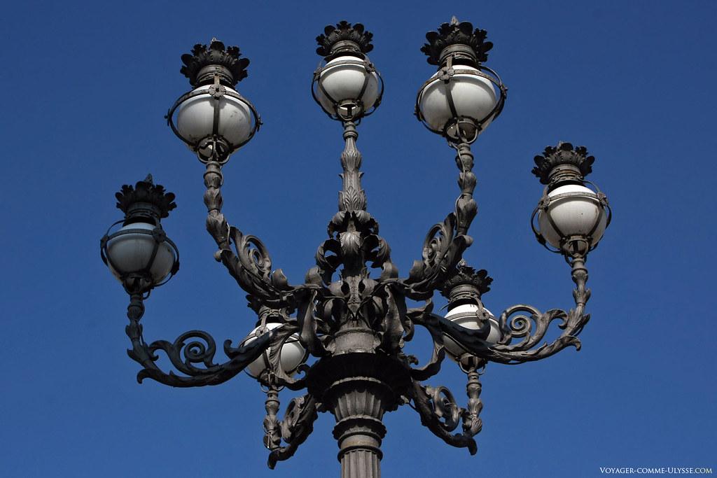 La basilique Saint-Pierre de Rome est exceptionnelle, y compris dans les détails. Les lampadaires de la Place Saint-Pierre en sont un bon exemple, même si on ne peut pas dire qu'ils soient très efficaces la nuit.