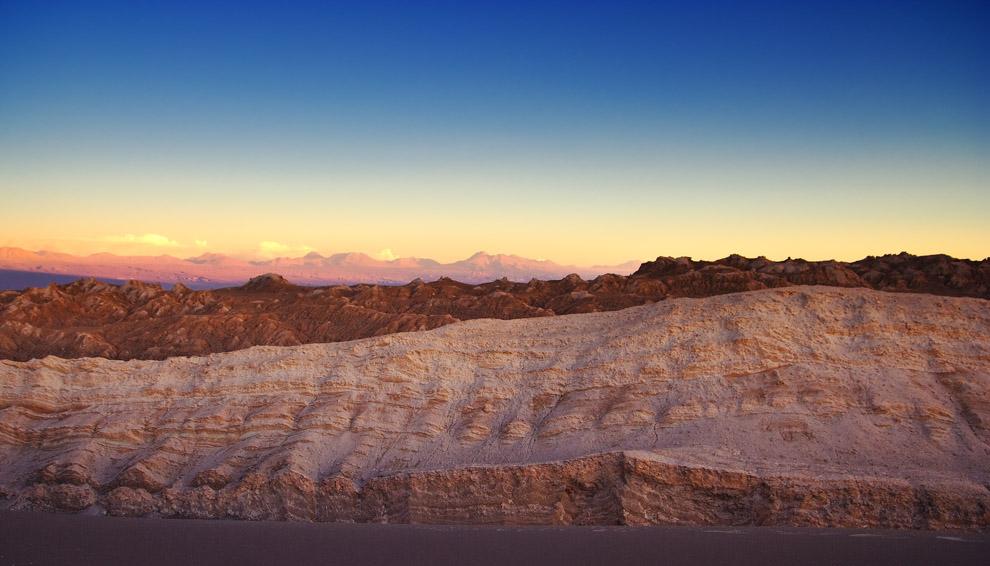 El cambiante colorido de las formas escultóricas produce bellos efectos al atardecer, de los que difícilmente se convencen nuestros ojos. Atacama, Chile. (Guillermo Morales)