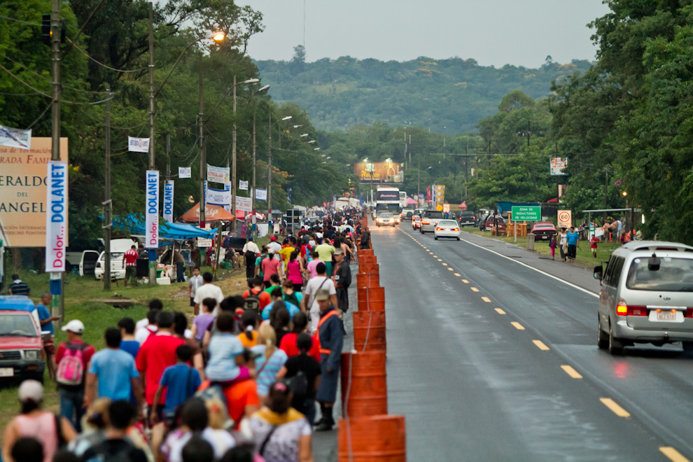 Un costado de la ruta internacional fue preparado especialmente y custodiado por policías desde la ciudad de Ypacaraí para la seguridad de todos los peregrinantes. (Tetsu Espósito)