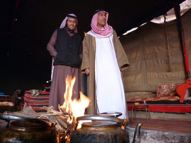 Escena en un jaima beduina del Desierto de Wadi Rum (Jordania)
