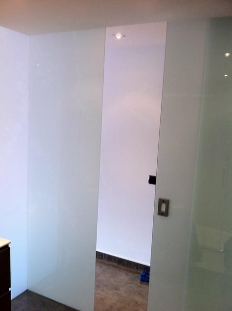 Cerramiento para ba o con cristal laminar blanco y puerta - Puerta corredera bano ...