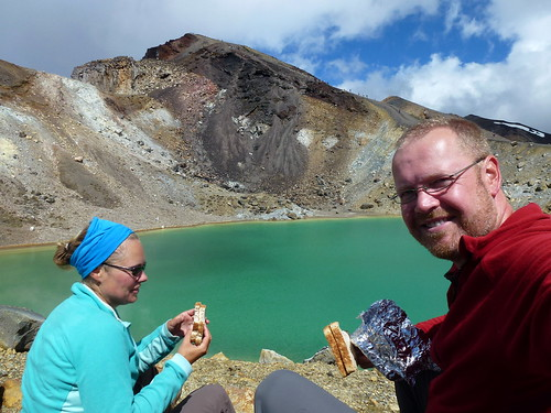 Tongariro Alpine Crossing - Emerald Lakes - lunch