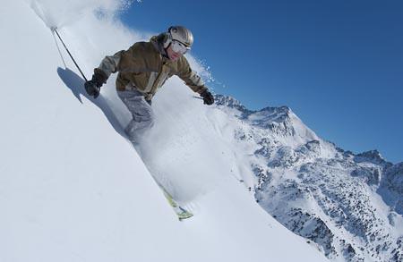 Esquiador descendiendo fuera de pistas en Grandvalira