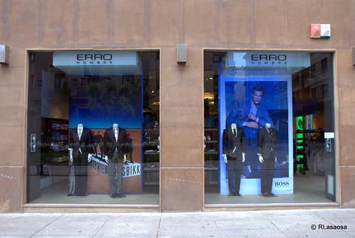 """Escaparate de la tienda de ropa de hombre y mujer """"Erro"""", en la avenida de Carlos III"""
