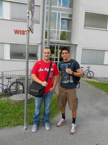 Die US-Amerikaner Matt Trueblood und Kevin Raisch vor dem Studentenheim