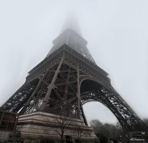 Torre Eiffel bajo la niebla