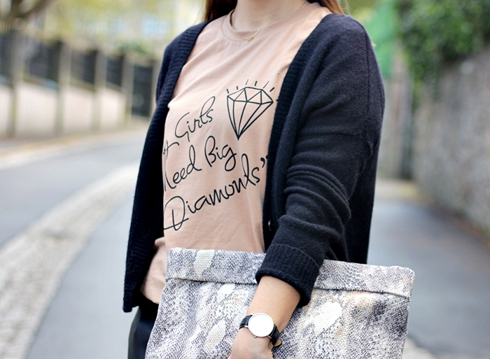 street_style-front_row_shop_tee-message_tee-trench-leather_pants-zara_people-daniel_wellington_watch-aristocrazy_necklace