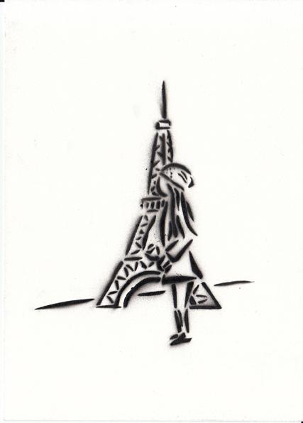 une fille en face de la Tour Eiffel
