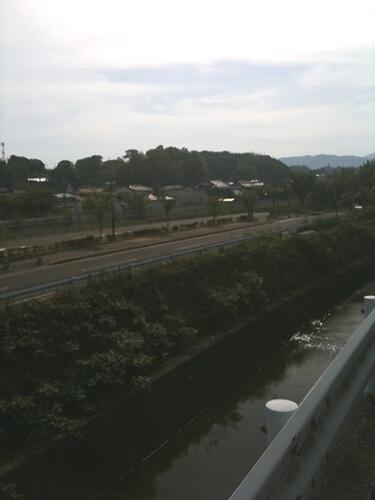 駅のすぐ横を流れる小川