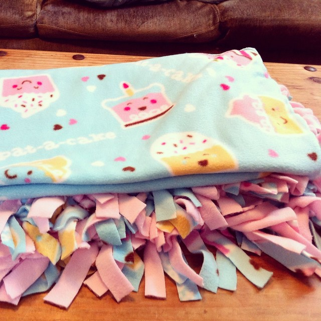 Cupcake Fleece No Sew Tie Blanket