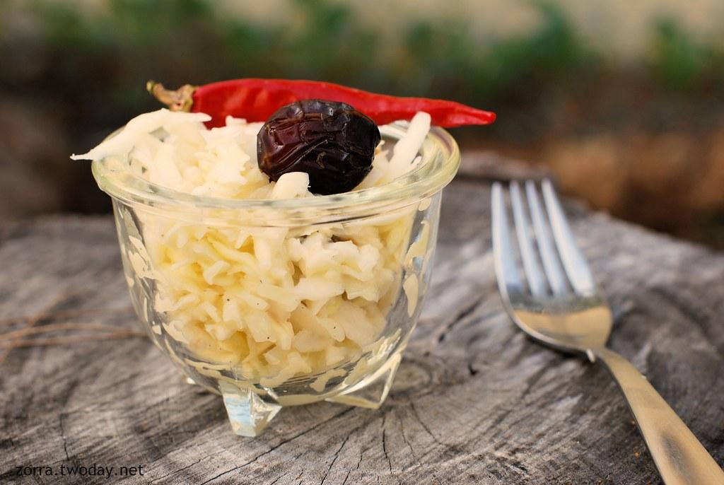 Gesunder Coleslaw mit Datteln, Honig und Peperoncino