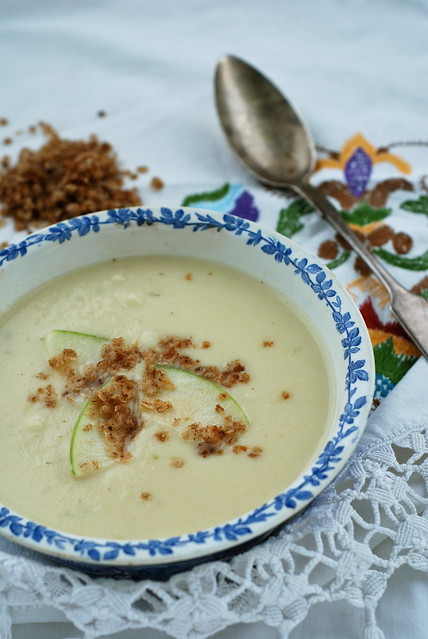 pastinaagi-õunasupp krõbedate rukkihelvestega/parsnip and apple soup with rye crisps