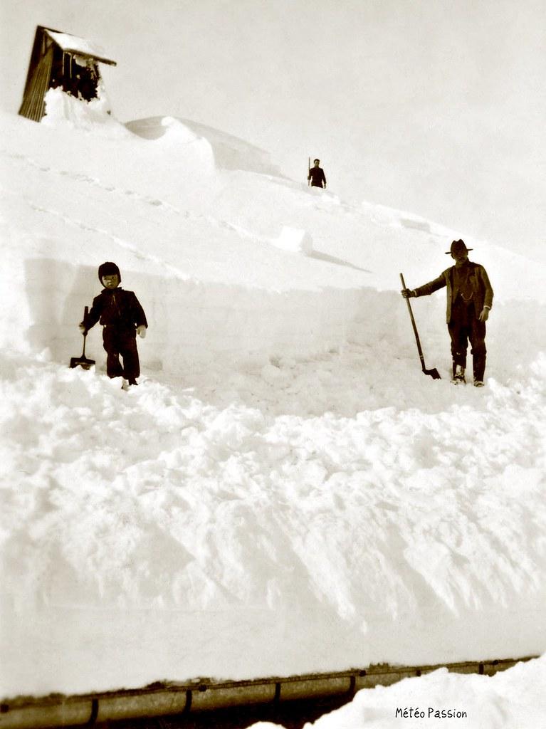 dégagement des toitures ensevelies sous la neige dans le Doubs durant l'hiver 1942