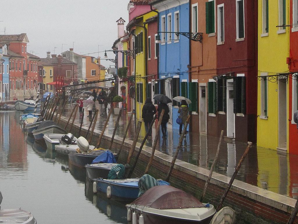 Burano (Venezia): colori sotto la pioggia