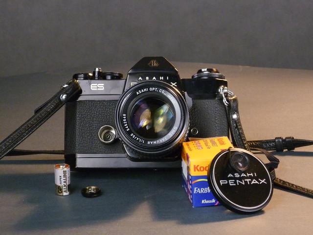 Pentax ES z widoczną baterią.