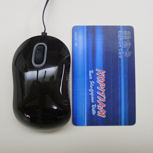 Targus Compact Blue Trace Mouse - Size Comparison