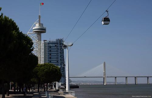 Nota-se ao fundo à direita a gigantesca ponte Vasco da Gama.