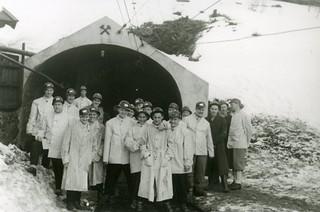 Det finske bedriftsidrettslaget fra papirindustrien ved inngangen til Orkla Gruber på Løkken Verk (1949)