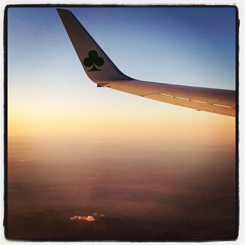 日没前後のフライト、西風で離着陸ともサークリングで機窓バッチリ。阿蘇の噴煙もよく見えた。そんな11月下旬の熊本、晴天西風…最高の条件なのに。