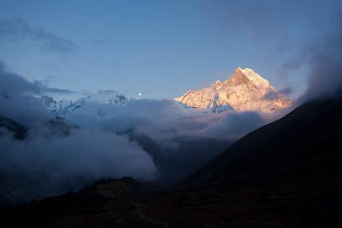 nepal sunset moon peak moonrise abc annapurna fishtail 尼泊尔 annapurnabasecamp machhapuchhare annapurnaconservationarea 鱼尾峰 安纳普尔纳 安纳普尔纳大本营