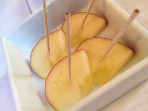 箸休めに岩手のりんご、ふじ。みつがはいっています。@けろっっこ岩手食材×値決め食堂