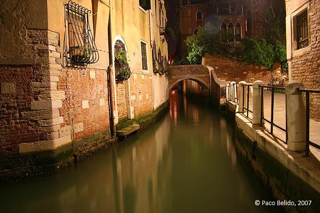Un canal por la noche. © Paco Bellido, 2007