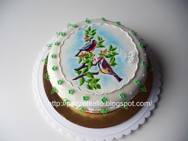 Torta colorata con uccellini