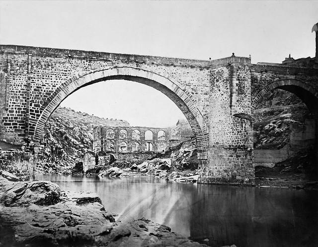 Puente de Alcántara y restos del Artificio de Juanelo en 1858. Fotografía de Charles Clifford