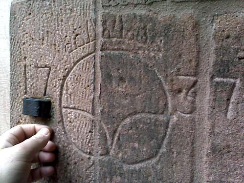 Brezelmaß, eingeritzt in das Mauerwerk der Heiliggeistkirche Heidelberg