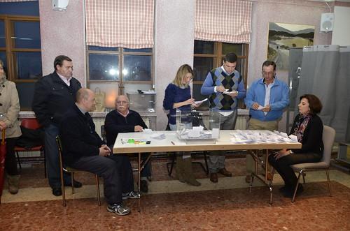 Concejales del equipo de gobierno y personal municipal en el recuento de la votación. Foto Pedro Merino