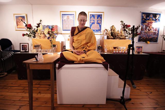 Nonnen Kelsang Tubchen holder flere meditasjonskurs i uken.