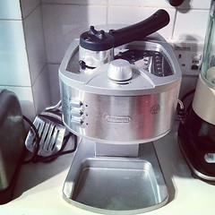 espresso(0.0), mixer(0.0), food(0.0), blender(0.0), kitchen appliance(1.0), food processor(1.0), small appliance(1.0),