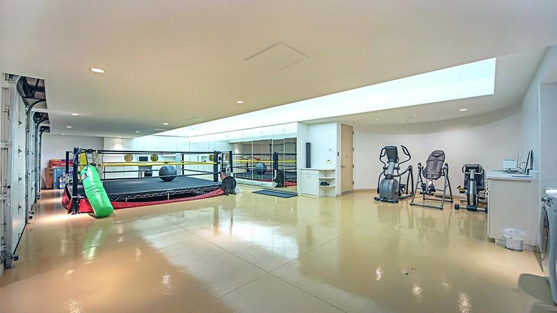 Большой спортзал дома