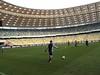 Prismatico probando el balón Tango 12 en el estadio olimpico de Kiev