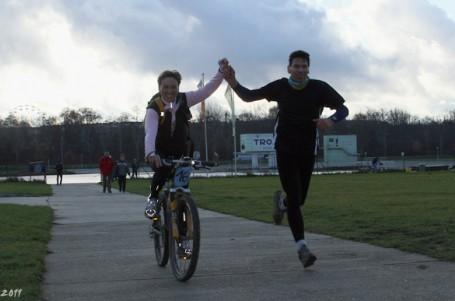 Padesát kilometrů pro dva běžce a jedno kolo. To je koloběh Říp-Praha