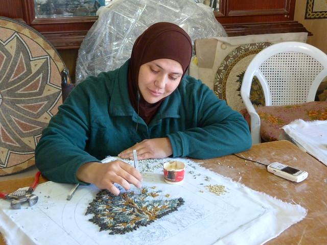 Mujer haciendo mosaicos en Mádaba