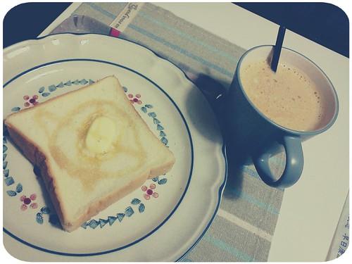 早餐 ::: 蜂蜜奶油厚片+豆漿拿鐵 by 南南風_e l a i n e