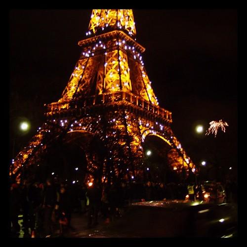 在巴黎鐵塔前,迎接嶄新的2012年。希望,未來能如此亮眼!