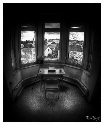 Desk (AT)