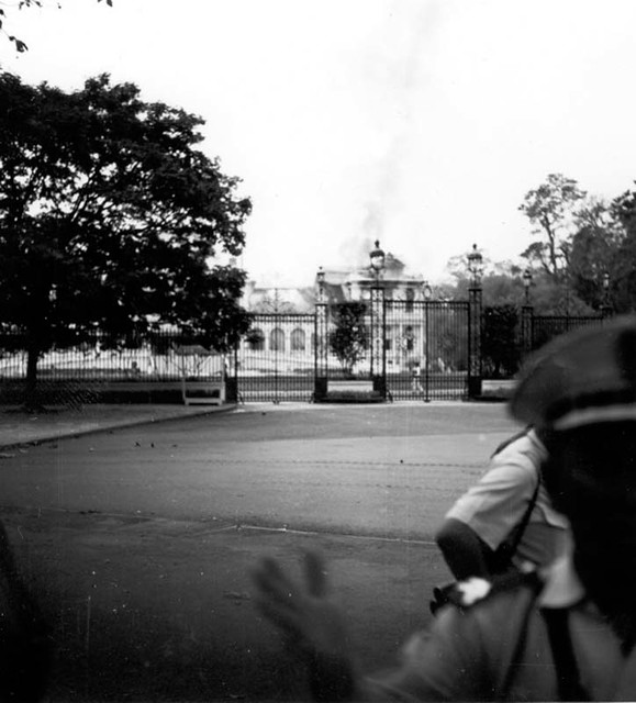 Dinh Độc Lập bị ném bom năm 1962 - Photo by Lee Baker