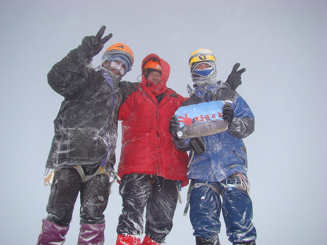 En la cima del Chimborazo: Gabriel, Federico y Eduardo
