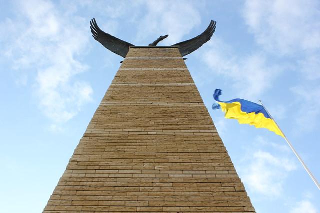 La bandera de Ucrania junto a un Turul